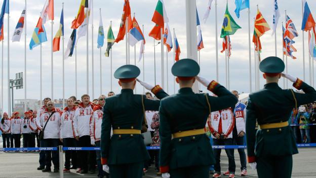 Soldaten vor dem russischen Olympiateam in Sotschi.