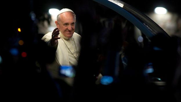 Papst winkt aus dem Papamobil.
