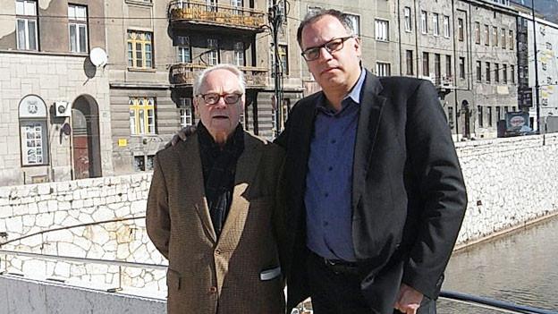 Auf dem Bild sind der Journalist Peter Voegeli und sein Vater in Sarajevo zu sehen.