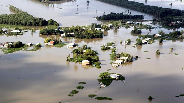 Ein vietnamesisches Dorf, das unter Wasser steht
