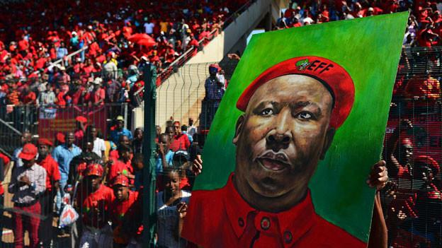 Ein Bild von Julius Malema wird in einem Stadion Atteridgeville hochgehalten.