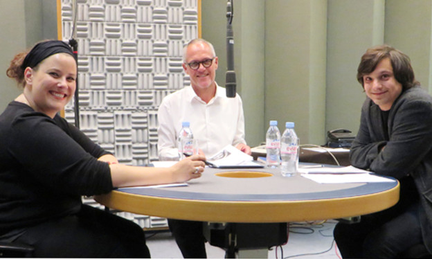 Im Studio sitzen um einen Tisch Yonni Meyer, Christoph Keller und Florin Büchel.