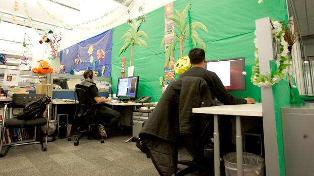 Männer im Büro.