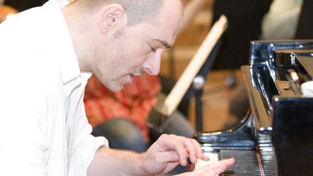 Nick van Bloss spielt Klavier.