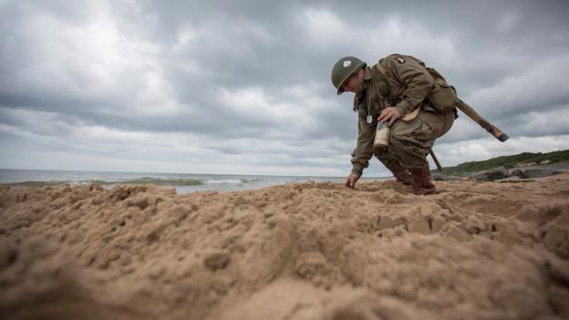 Ein Soldat am Omaha-Beach 70 Jahre nach D-Day.