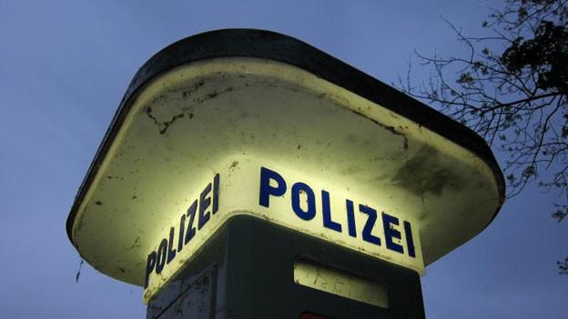 Eine Notrufsäule der Polizei leuchtet.