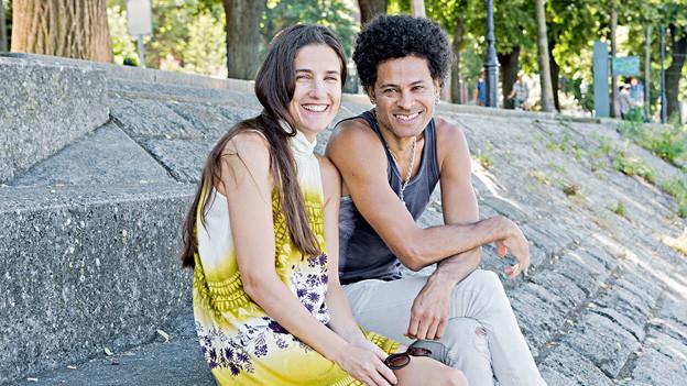 Karen Pfister und Walter Luis Alvez am Rheinufer.