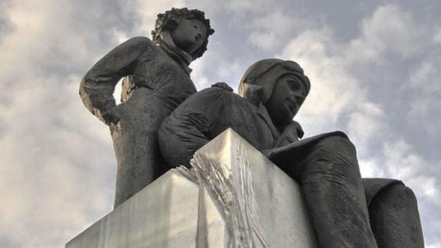 Eine Skulptur, die Antoine de Saint-Exupéry und den kleinen Prinzen zeigt.