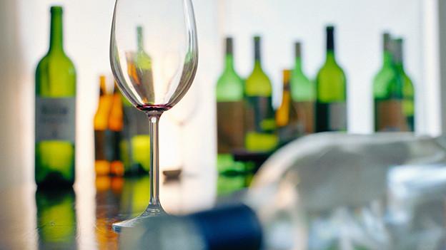 Leere Flaschen und Gläser