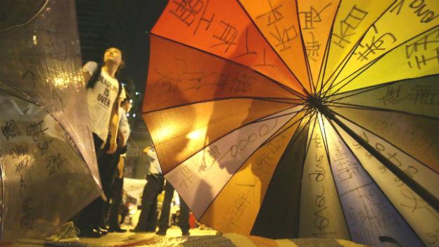 Ein Regenschirm und einem Demonstrantin.
