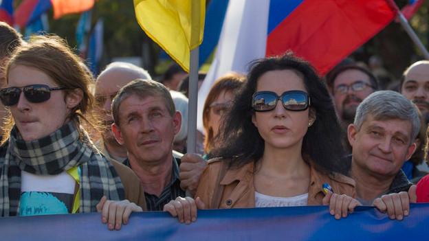 Demonstrierende halten einen Banner.