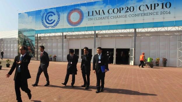 Der Eingang der Klimakonferenz mit grossem Beschriftungsschild.