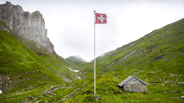 Eine Schweizerfahne in den Bergen.
