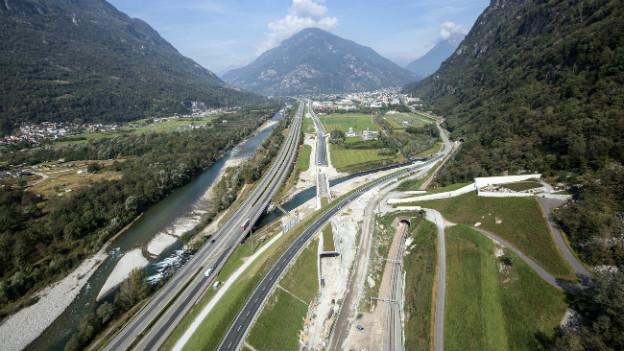 Aufsicht auf den Eingang zum Gotthard-Basistunnel bei Biasca.