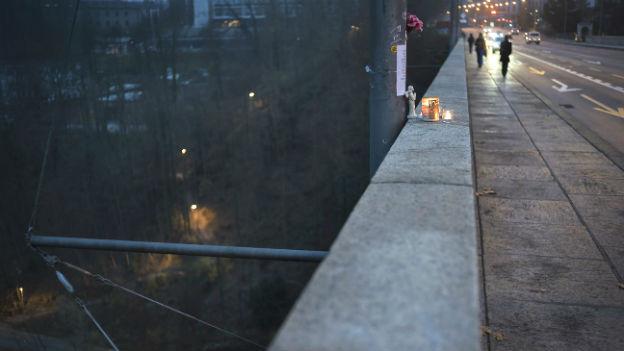 Eine Kerze auf einer Brücke.