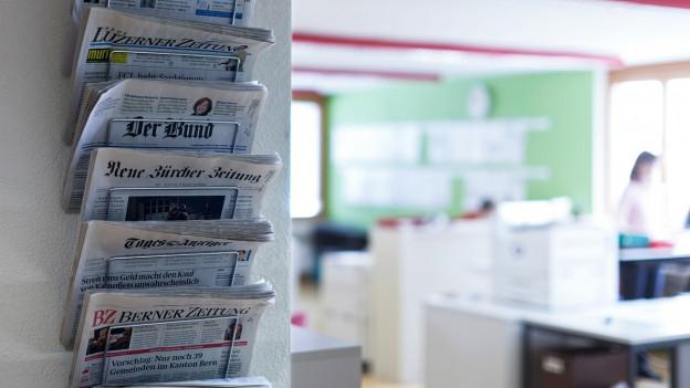Ein Ständer mit verschiedenen Zeitungen.