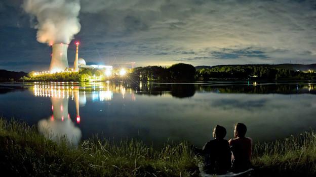 Nachtaufnahme eines Atokraftwerkes.