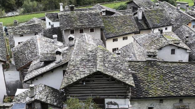 Die Steinhäuser von Castasegna im Bergel von oben fotografiert.