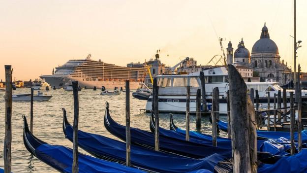 Ein Kreuzfahrtschiff in der Lagune von Venedig.