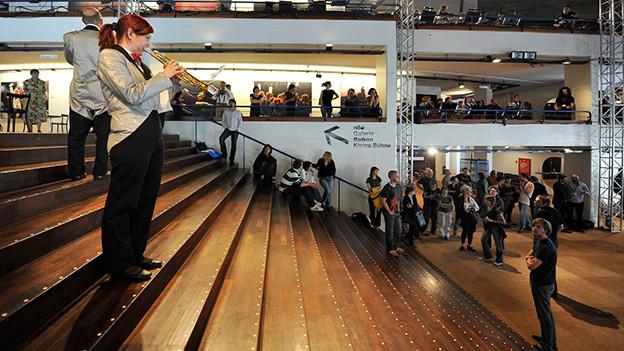 Hochkultur mitten im Leben: Im Theater Basel während einer Probe zur Oper «Il Tempo Del Postino», 2009.