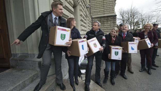 Die Initianten vor der Bundeskanzlei in Bern