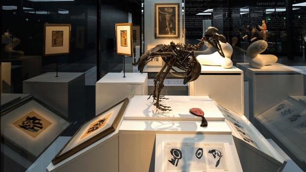 Eine Impression der Dada-Ausstellung im Landesmuseum.