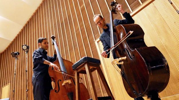Raed Jazbeh spielt mit einem Kollegen Kontrabass