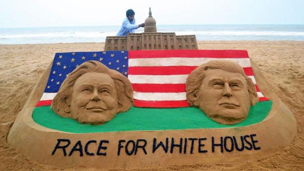 Ein Sandkünstler aus Indien hat eine Sandskulptur zum US-Wahlkampf gemacht.