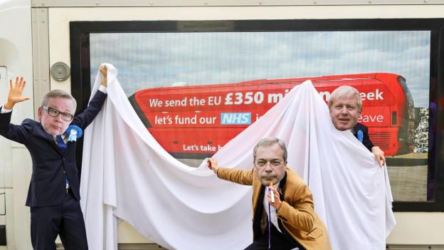 Drei Personen haben sich als Johnson, Farage und Gove verkleidet und vordern das versprochene Geld für die Gesundheitsversorgung.