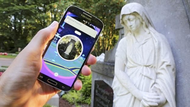 Ein PokémonGo-Spieler auf einem Friedhof.