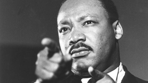 Martin Luther King mit Zeigefingern in Richtung Publikum