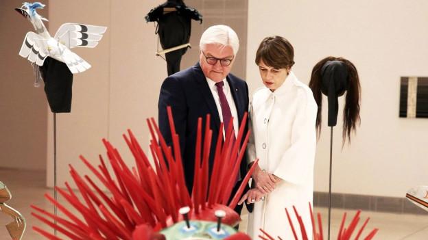 Der deutsche Bundespräsident Frank-Walter Steinmeier und seine Frau schauen sich an der documenta 14 ein Kunstwerk an.