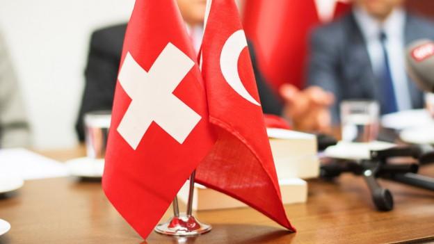 Schweizer und Türkische Fahne an einer Pressekonferenz