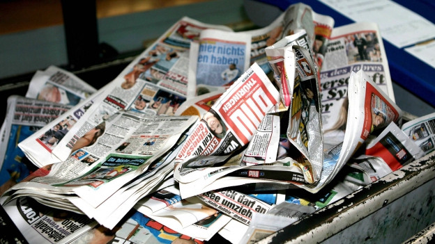 Zeitungen in der Abfalltonne