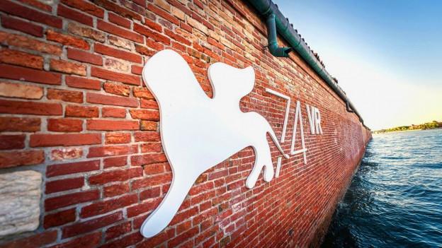 Logo vom Filmfestival Venedig an einer Wand.