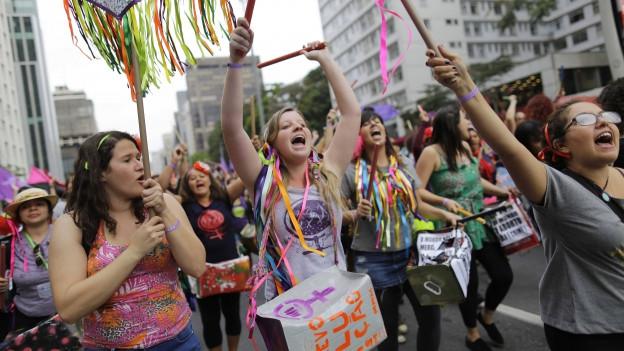 Junge, bunt bekleidete Demonstrantinnen am Weltfrauenmarsch