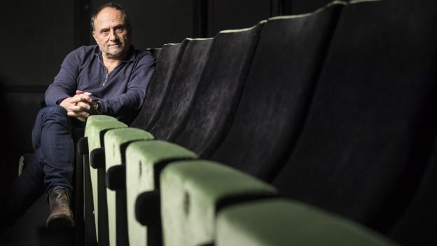 Ein Mann sitzt in einem Kino