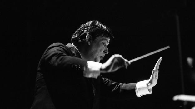 Portrait von Bruno Maderna an einem Konzert.