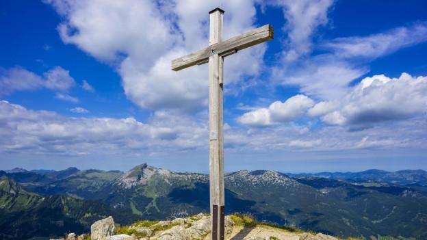 Kreuz auf einem Berg.