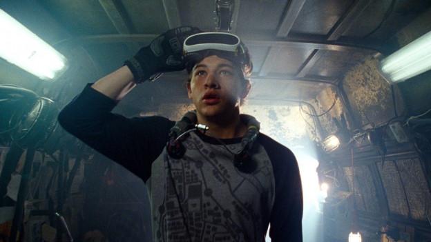 Junger Mann mit 3-D Brille blickt erstaunt