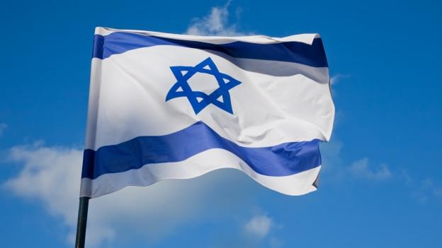 Die Israel-Flagge vor blauem Himmel