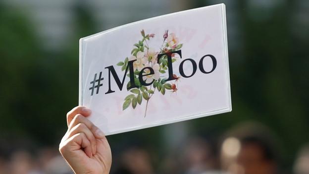 Hand hält Tafel mit dem #MeToo Aufschrift hoch