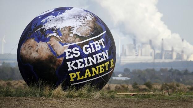 Ein Ballon mit der Aufschrift «Es gibt keinen Planet B»