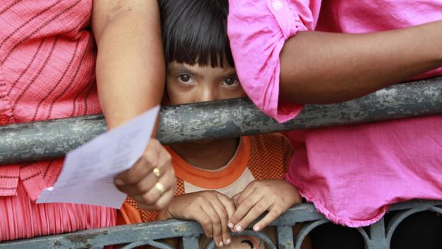Kind in Sri Lanka in einer Menschenmenge