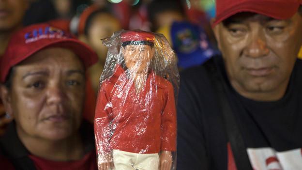 Trauernde Chavez-Anhänger warten auf den Leichnam.