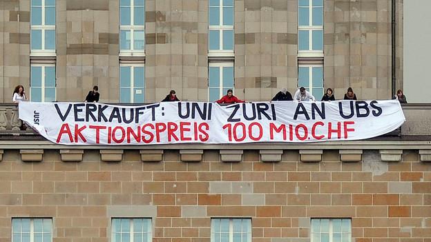 Mitglieder der Juso protestieren im April 2013 gegen das Engagement der UBS an der Universitaet Zürich.