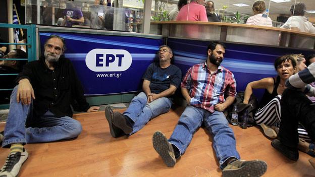 Angestellte des griechischen Staatssenders ERT nach der Ankündigung der Regierung, dass der Sender geschlossen wird.