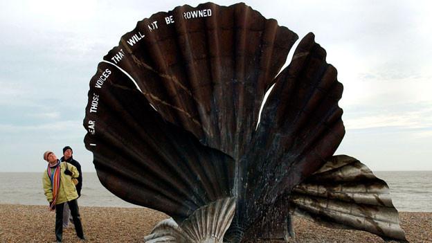 Eine Skulptur zu Ehren von Benjamin Britten am Strand von Aldeburgh.