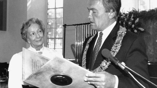 Die polnische Lyrikerin Wislawa Szymborska erhielt 1991 den Goethepreis der Stadt Frankfurt aus den Händen von Oberbuergermeister Andreas von Schoeler.