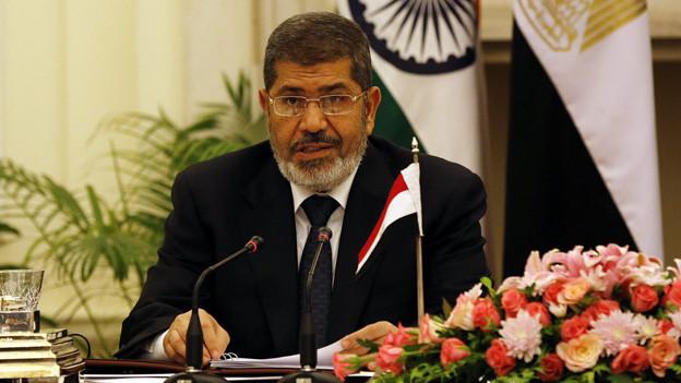 Der erste demokratisch gewählte Präsident Mohammed Mursi Ägyptens wurde vom Militär abgesetzt.